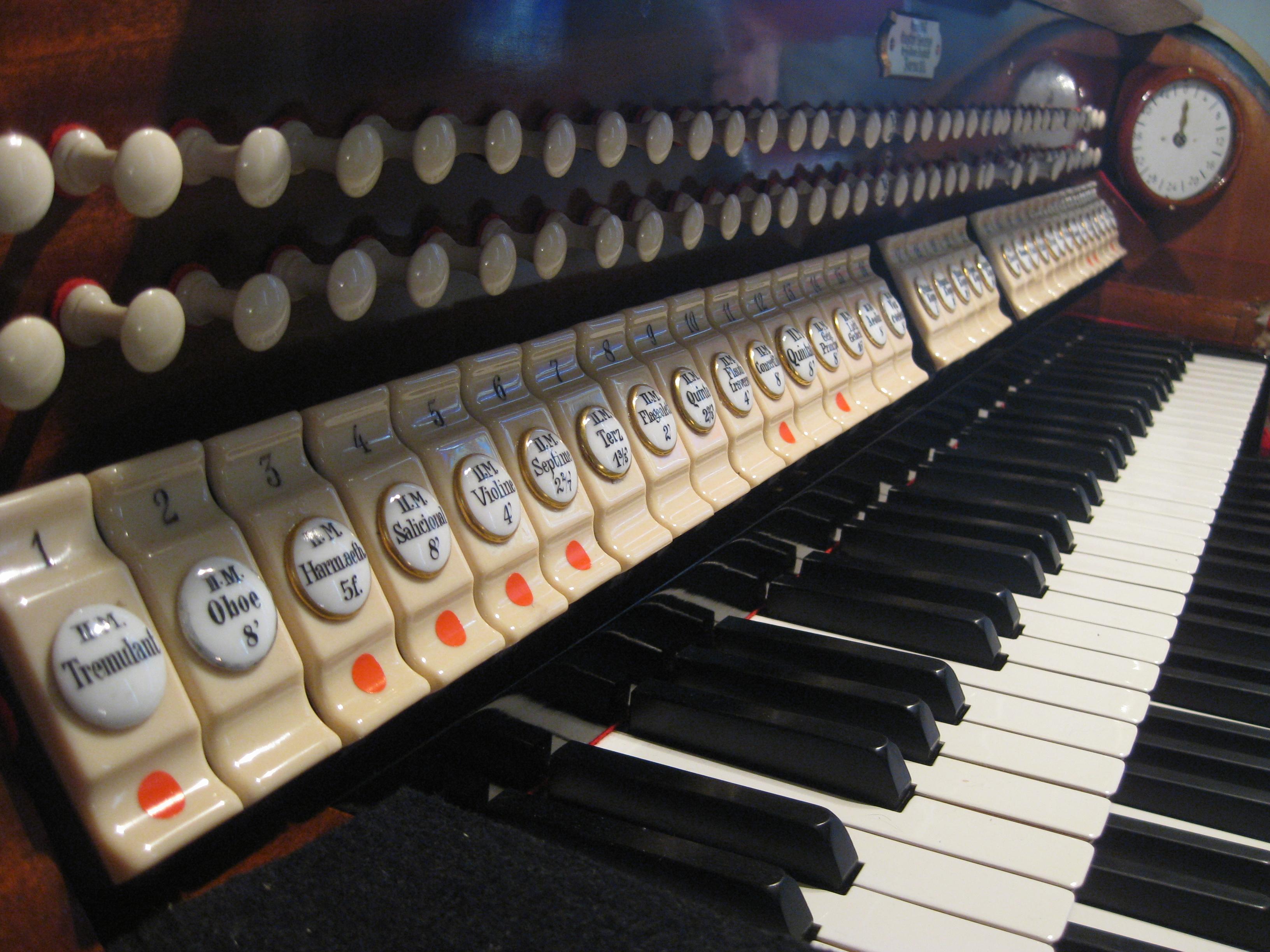 Spieltisch der Orgel - die Rot gekennzeichnteten Register sind erst nach dem 2. Bauabschnitt spielbar.