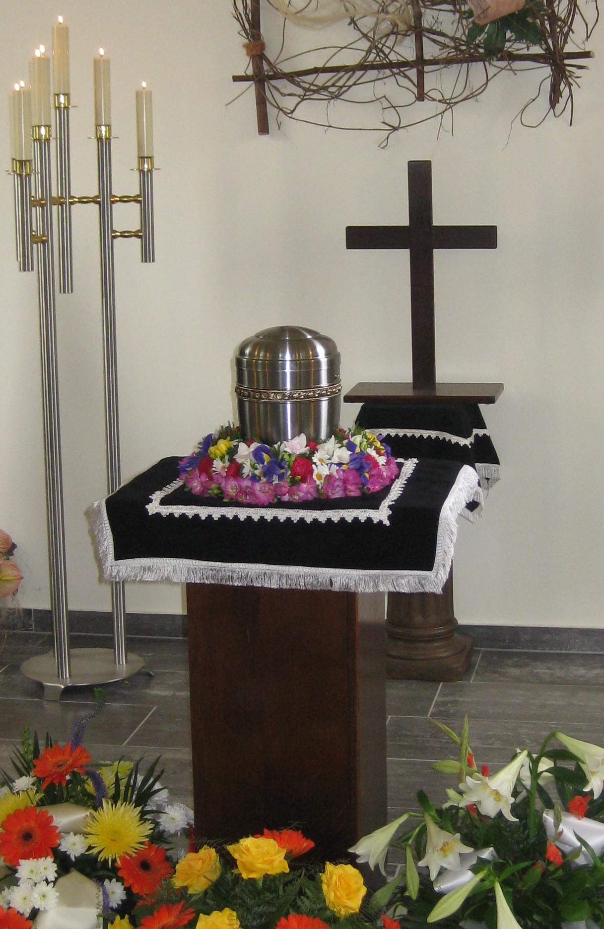 Trauerfeier mit Urne